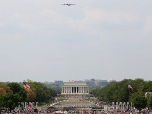 The last flying B-29 above a huge crowd on the National Mall on 5/8/2015 (photo: Mark Wilson/Getty Images)